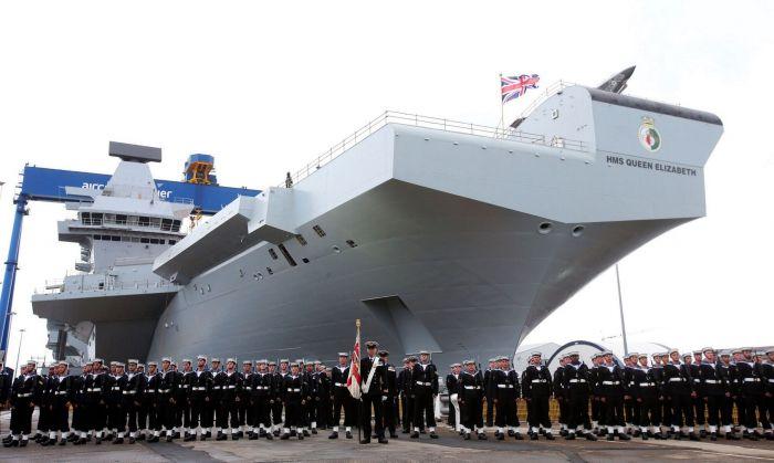 """Королева Елизавета """"окрестила"""" крупнейший в истории британского флота авианосец"""