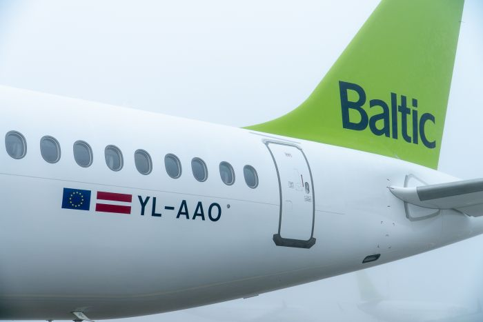 airBaltic_15th_A220-300_2