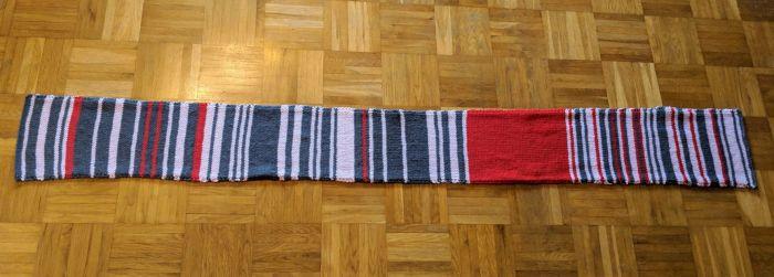 В Германии женщина связала шарф, отражающий опоздания поездов (фото)