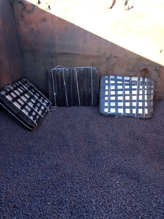 В вагонах с окатышами контрабандисты пытались вывезти 15 тыс. пачек сигарет (фото)