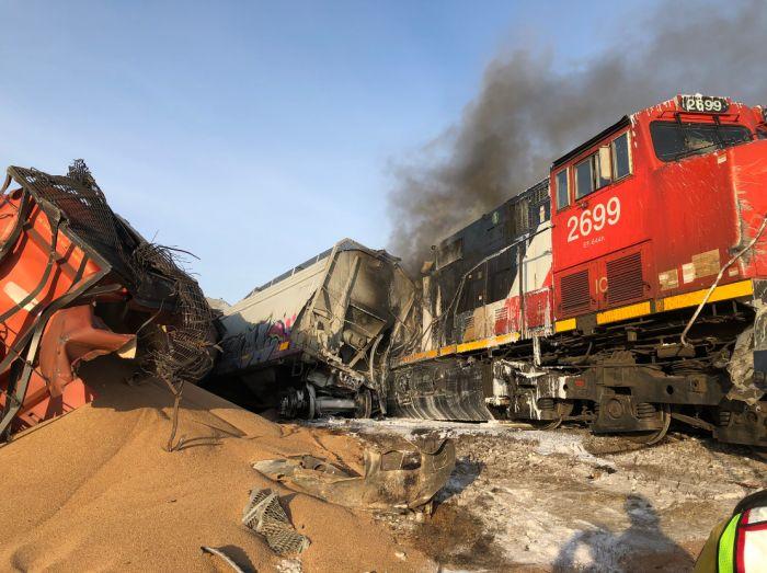 Видеорегистратор снял момент крушения поезда с 52 вагонами зерна в Канаде (фото, видео)
