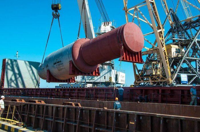 В порту Херсона на судно погрузили огромный реактор