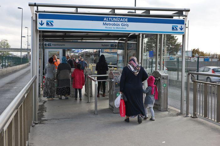 Вход на станцию через турникеты