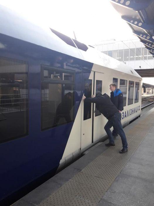 У поездов Kyiv Boryspil Express проблемы с дверями (фото)