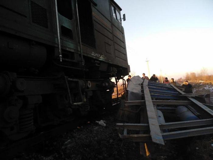 В Ивано-Франковской области сошел с рельсов локомотив пассажирского поезда (фото)