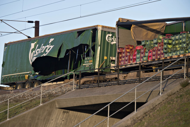 Перевозивший пиво состав стал причиной трагического крушения пассажирского поезда в Дании (фото)
