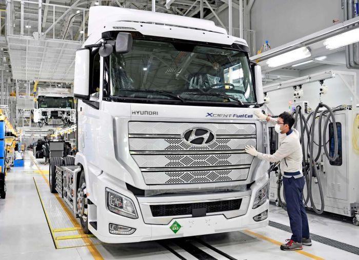 brand-hyundai-xcient-fuel-cell-heavy-duty-truck-hevcars-4