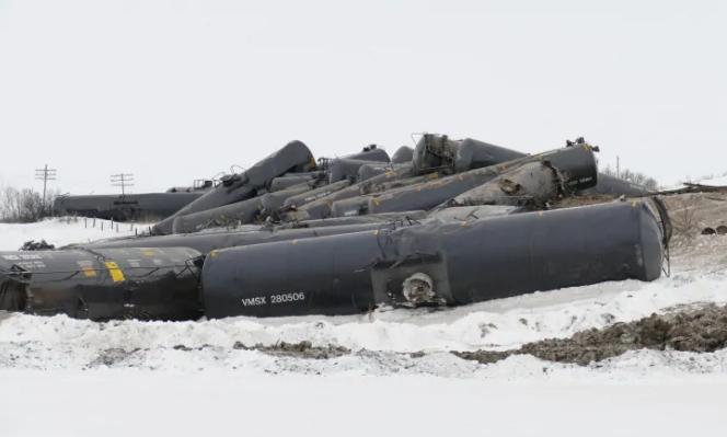 Очередное крушение поезда в Канаде: с рельсов сошли 37 цистерн с нефтью (фото)