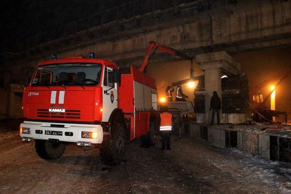 В Донецке взорвали опору железнодорожного моста (фото)