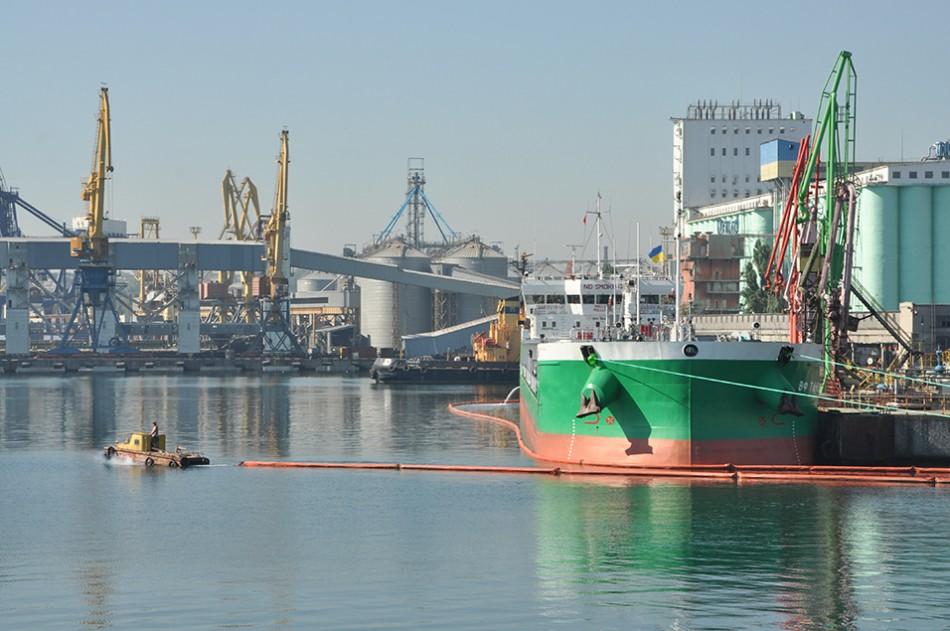 За последние полвека нефтерайон Одесского порта впервые принял под выгрузку три танкера одновременно.