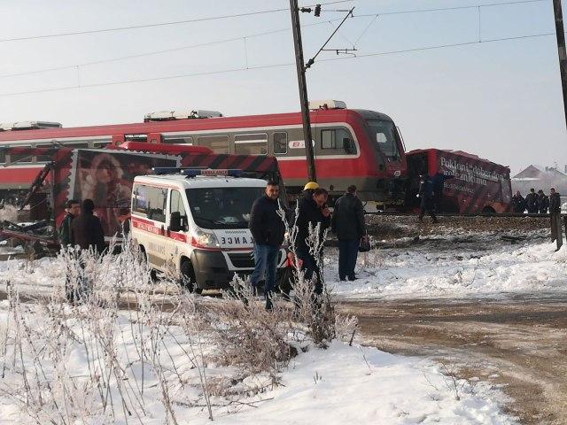 В Сербии поезд разорвал на две половины автобус: есть жертвы